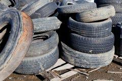 Pile di gomme residue in un'iarda Immagini Stock Libere da Diritti