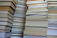 Pile di libri, primo piano per fondo immagini stock