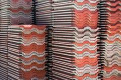 Pile di mattonelle di tetto per costruzione fotografie stock libere da diritti