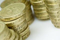 Pile di monete di libbra britanniche Fotografia Stock Libera da Diritti