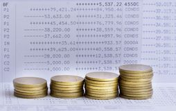 Pile di monete di oro sul conto bancario Fotografie Stock