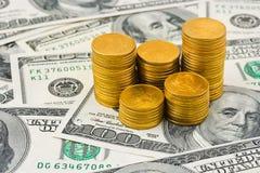 Pile di monete su soldi Fotografie Stock Libere da Diritti