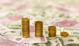 Pile di monete sulla priorità bassa dei soldi Fotografia Stock Libera da Diritti