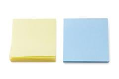Pile di note di Post-it gialle & blu in bianco Fotografie Stock Libere da Diritti