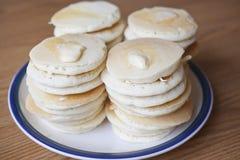 Pile di pancake di provenienza dalla zona del dollaro d'argento Fotografie Stock