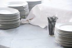 Pile di piatti e di forcelle fotografia stock