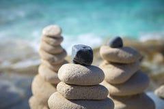 Pile di pietre nell'equilibrio ad una spiaggia Immagini Stock Libere da Diritti