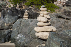 Pile di pietre nell'equilibrio ad una spiaggia Fotografie Stock
