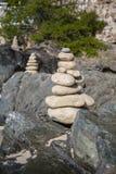 Pile di pietre nell'equilibrio ad una spiaggia Immagine Stock