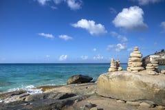 Pile di pietre nell'equilibrio ad una spiaggia Fotografia Stock Libera da Diritti