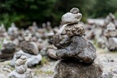 Pile di pietre sulla riva del fiume Fotografia Stock