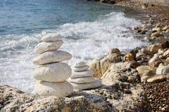 Pile di pietre sulla spiaggia Fotografie Stock