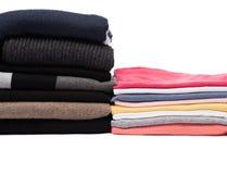 Pile di pullover di inverno e di magliette di estate Immagine Stock