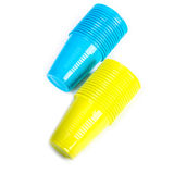 Pile di tazze di plastica luminose Immagini Stock