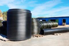 Pile di tubo di plastica nero del PVC all'aperto con il fuoco selettivo Fotografia Stock