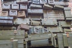 Pile di vecchi contenitori militari di munizioni fotografia stock libera da diritti