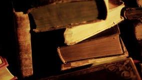 Pile di vecchi libri in biblioteca video d archivio