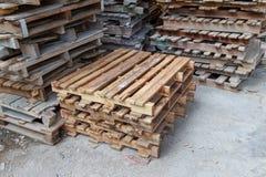 Pile di vecchi pallet di legno Immagine Stock