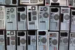 Pile di vecchi personal computer e casse del pc fotografia stock