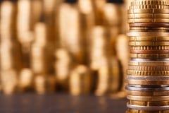 Pile dorate della moneta, fondo ricco dei soldi immagine stock libera da diritti