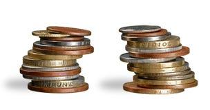 Pile dorate delle monete isolate su fondo bianco Fotografia Stock