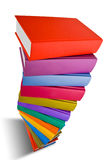 Pile du livre avec la couleur différente d'isolement sur le blanc Image stock
