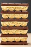 Pile du plan rapproché poreux blanc du chocolat six noir et cinq Image stock