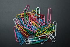 Pile du trombone de couleur différente Photos stock