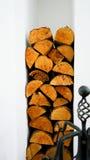 Pile en bois dans la maison photo libre de droits