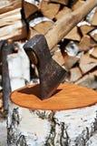 Pile en bois de hache et en bois Photographie stock libre de droits
