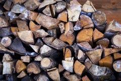 Pile en bois pour le sauna dans la maison de village Fond en bois image stock