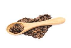 Pile en forme de coeur des grains de café d'isolement Photos stock