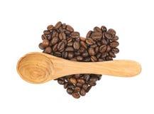 Pile en forme de coeur des grains de café d'isolement Images stock