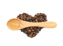 Pile en forme de coeur des grains de café d'isolement Photos libres de droits