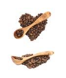 Pile en forme de coeur des grains de café d'isolement Image stock