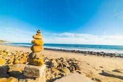 Pile en pierre dans le rivage de Malibu Image stock