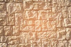 Pile en pierre de roche au mur de sable photographie stock libre de droits