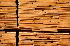 Pile ensoleillée de panneau de bois de construction de coupe avec le modèle d'extrémité image stock