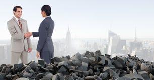 Pile et gens d'affaires concrets cassés dans le paysage urbain Photo stock