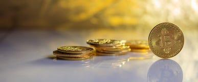Pile et réflexions de Bitcoins photo stock