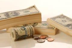 Pile et rouleau de papier-monnaie images stock