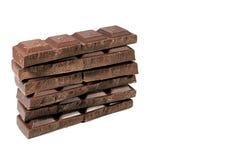 Pile fendues de barres de chocolat foncées d'isolement sur le fond blanc avec l'espace libre pour le texte Photo stock