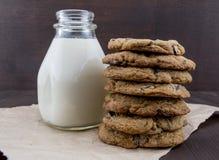 Pile grande de biscuits de chocolat avec du lait Photos stock