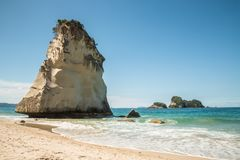 Pile grande de mer blanche au-dessus de plage sablonneuse au Nouvelle-Zélande Image libre de droits