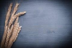 Pile horizontale de version de blé d'oreilles sur le panneau de vintage Images stock