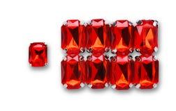 Pile lâche rouge de pierres gemmes sur le fond blanc Images libres de droits