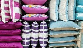 Pile multicolore de coussins Photos libres de droits