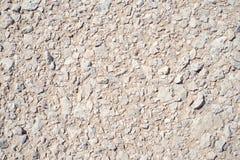 Pile naturelle de pierres sur le fond de texture de sable Images libres de droits