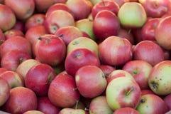 pile rouge de pommes au marché photo stock
