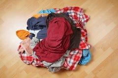 Pile sale de blanchisserie sur le plancher photo stock